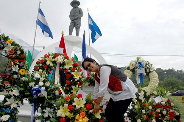 Gilda Bolt, embajadora de Nicaragua en el país, coloca una ofrenda floral en el monumento a César Augusto Sandino. Foto Diario Co Latino / Josué Parada