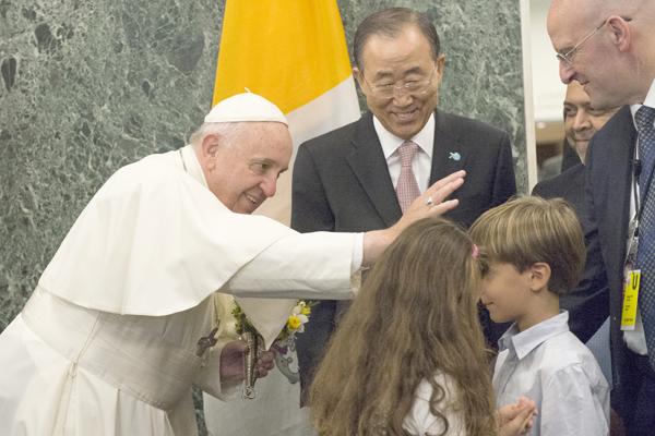 El papa bendice a un niño en la sede la ONU en Nueva York, acompañado del Secretario General de las Naciones Unidas, Ban Ki-moon. (Foto Diario Co Latino/AFP/Darren Ortnitz)
