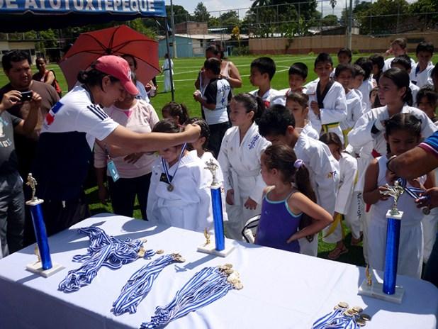 Los atletas ganadores fueron premiados con medallas y trofeos simbólicos. Foto Diario Co Latino/ Juan Carlos Villafranco.