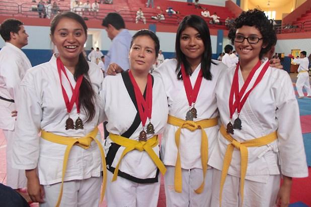 Alumnas de Diversas Facultades de Universidad de El Salvador obtienen medallas al ganar en Katas individuales. Foto Diario Co Latino/Juan Carlos Villafranco