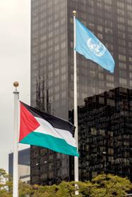 La bandera palestina ondea junto a la bandera de la Organización de las Naciones Unidas (ONU), <a href=