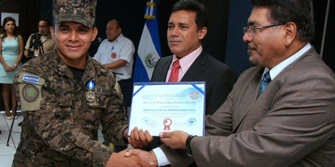 Protección Civil entrega reconocimientos por servicios en situaciones de desastres