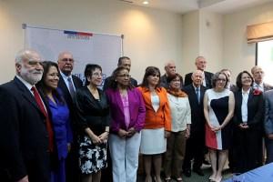 Diplomáticos y ex funcionarios que participaron en los acuerdo de paz en El Salvador, en apoyo a proceso de paz en Colombia.  Foto Diario  Co Latino /  Jorge Rivera.