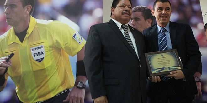 El árbitro Aguilar Chicas recibe reconocimiento