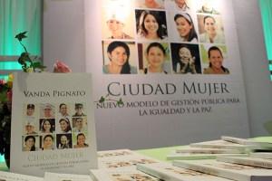 """El libro titulado """"Ciudad Mujer: Nuevo modelo de gestión pública para la igualdad y la paz"""", fue presentado por su autora Vanda Pignato, Secretaria de Inclusión Social. Foto Diario Co Latino/ Guillermo Martínez."""