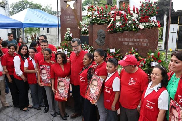 Jorge Schafik Handal comparte junto a simpatizantes y militantes durante la celebración del 85 aniversario de natalicio del líder histórico del FMLN, Schafik Handal.  Foto Diario Co Latino/ Rodrigo Sura.