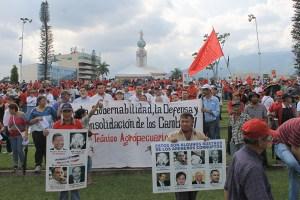 Las denuncias de los responsables de la corrupción en los Gobiernos de ARENA era lo más sobresaliente de la multitudinaria concentración del movimiento social y popular. Foto Diario Co Latino/ Jorge Rivera.