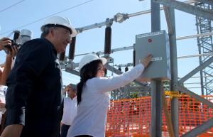 La superintendenta de electricidad y telecomunicaciones Blanca Coto realiza la activación del sistema de la subestación eléctrica San Matías, le acompaña el presidente de Grupo CEL David López. Foto Diario Co Latino / Josué Parada