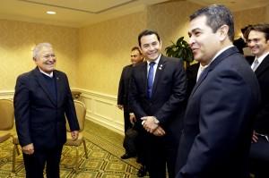 Presidente Salvador Sánchez Cerén conversa con  Jimmy Morales mandatario de Guatemala y  Juan Orlando López, de Honduras. Foto Diario Co Latino