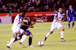 Pablo Punyed trata de controlar el balón ante la marca de jugadores de la selección de Honduras. Foto Diario Co Latino/ Guillermo Martínez.