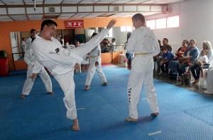 Alumnos del Gimnasio Jaguar de Taekwondo realiza el examen para obtener el cambio de cinta. Foto Diario Co Latino.