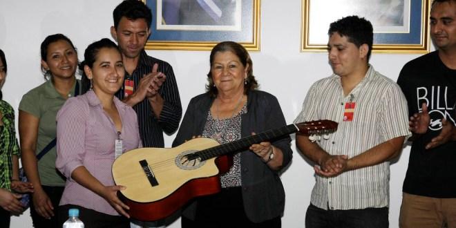 Primera Dama Margarita Villalta  de entrega instrumentos musicales