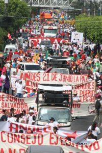 Miles de trabajadores acompañados de los diputados de FMLN marcharon este Primero de Mayo.  Foto Diario Co Latino / Ricardo Chicas Segura
