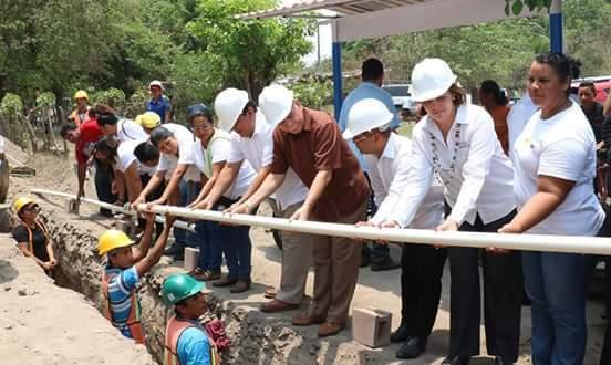 Inauguran reconstrucción de puente vehicular e introducción de agua potable