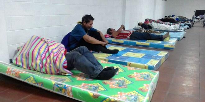 Alcaldía de San Salvador da refugio a personas que duermen en los portales