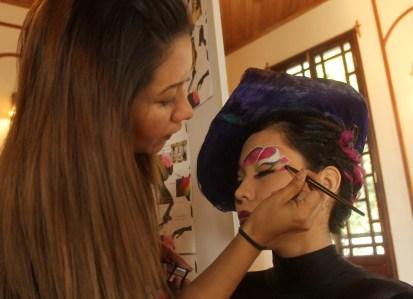 Iveth Guardado, estilista de School Of Design Hair Face –Body Total Image maquilla a Karla Menjívar con un peinado inspirado en Eva Duarte Perón jefa espiritual de la nación en el año de 1952 en Argentina. Fotos Diario Co Latino / Ricardo Chicas Segura