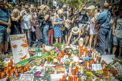 Catorce muertos y más de un centenar de heridos en dos ataques en España