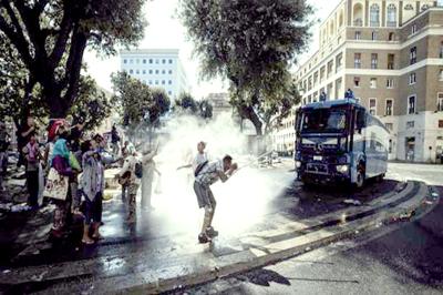 Enfrentamiento entre policías y un centenar de inmigrantes en Roma
