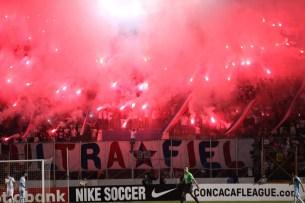 La afición de Olimpia metió presión al Alianza y puso ambiente en el partido. Foto Diario Co Latino/David Martínez.