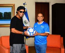 El vicepresidente de El Salvador, Óscar Ortiz, recibe a Ronaldinho en el salón de honor del Aeropuerto Internacional Óscar Arnulfo Romero. Foto Diario Co Latino/ David Martínez.