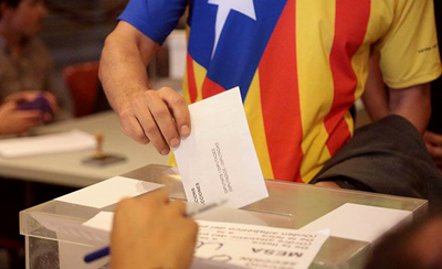 La policía cierra centros de voto en Cataluña pero la resistencia continúa