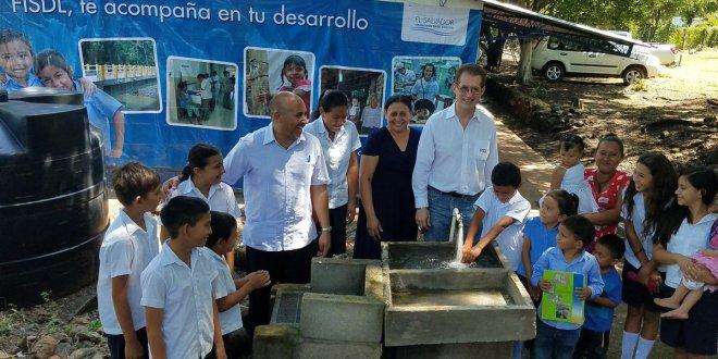 FISDL inaugura sistema de agua potable y saneamiento