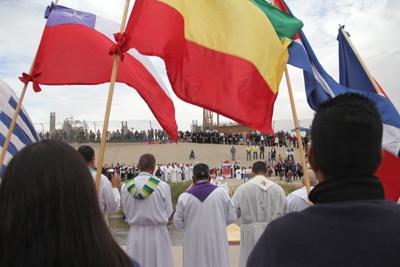 Cientos de personas participan en misa en frontera entre México y Estados Unidos
