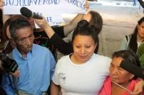 Teodora Vásquez posa junto a sus padres tras recuperar su libertad. Fotos Diario Co Latino/ David Martínez.