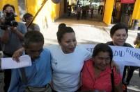 Teodora camina, abrazando a sus padres, hacía las afueras de cárcel de mujeres. Foto Diario Co Latino/ David Martínez.
