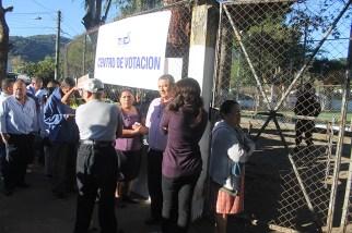 Desde temprano los electores acudieron a los diferentes centros de votación. Foto Diario Colatino/ Ludwin Vanegas.