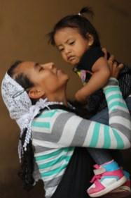 Saraí una vendedora ambulante del centro de San Salvador que muestra el amor por su hija. Foto Diario Co Latino/ Juan Carlos Villafranco.