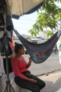 Las madres en el centro de San Salvador se rebuscan por mantener cómodos a sus bebés, mientras buscan su pan de cada día. Stephany Alas mece a su hijo, Ernesto Alas mientras da su siesta. Foto Diario Co Latino/ Ludwin Vanegas.