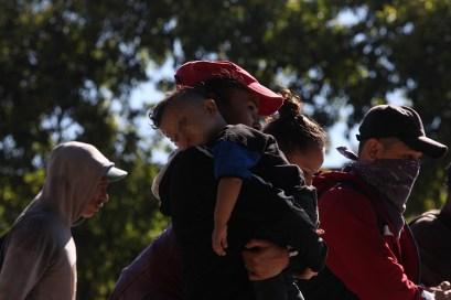 Algunos migraron con sus hijos en brazos, esto pese al llamado de las autoridades de abstenerse en llevarlos, pues son los más vulnerables en el recorrido. Foto Diario Co Latino/ David Martínez.