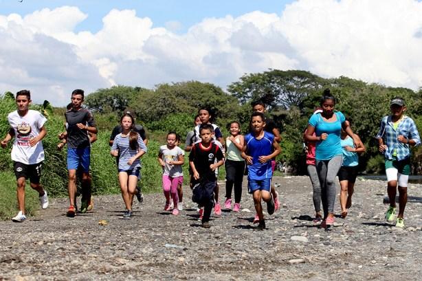 Estos jóvenes aseguran lucharán por cumplir su sueño de llegar lejos, sin embargo son hoy por hoy Los Campeones del Paisnal. Foto Diario Co Latino/ David Martínez.