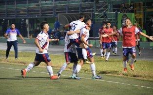Jugadores de Firpo festejan eufóricos tras empatar en el último minuto 1-1 con Santa Tecla. Foto Diario Co Latino/Firpo