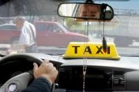 Durante el día Roxana pasa dentro del taxi esperando clientela con la que generalmente trabaja día a día. Foto Diario Co Latino/ Ludwin Vanegas
