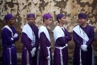 Miembros de la hermandad de Jesús Nazareno acompaña la procesión. Foto Diario Co Latino/ David Martínez.