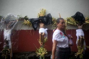 Los Cristos son adornados con palmas, mostrando la autenticidad de los pueblos originarios. Foto Diario Co Latino/ David Martínez.