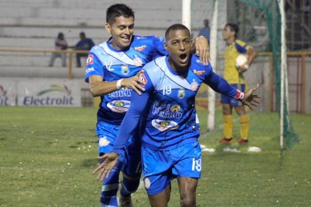 Nicolás Muñoz anotó doblete ante Jocoro. Foto Diario Co Latino/Metapán