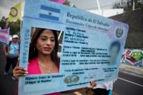 También exigen que se les permita obtener la identidad de su preferencia. Foto Diario Co Latino/ David Martínez