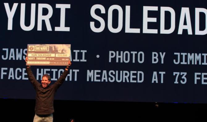 Yuri Soledade vence o prêmio de maior onda da temporada no Big Wave Awards.