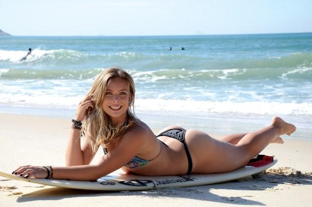 nikole fávero surfista bikini praia pelada nua