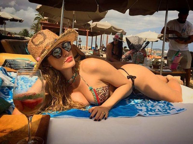 Lívia Andrade posa de biquíni em Ibiza