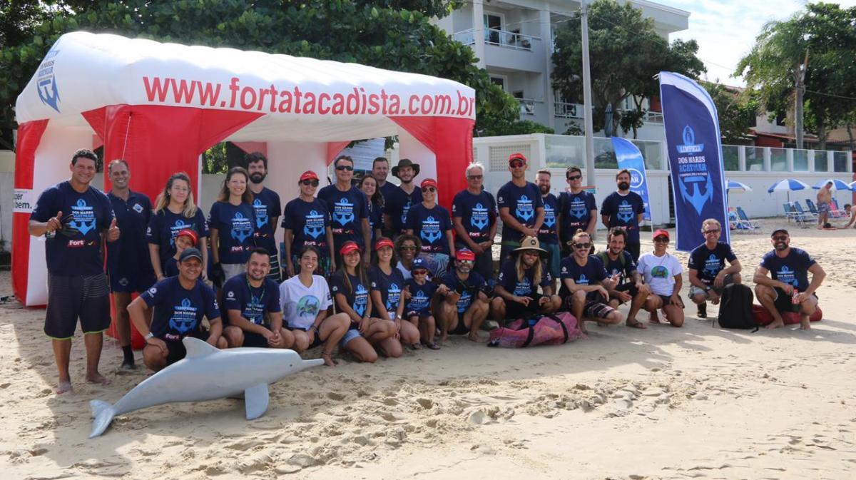 Iniciativa patrocinada pelo Fort Atacadista retirou seis toneladas de lixo da praia Canto Grande, em Bombinhas (SC)