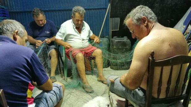 Los hermanos 'Bolilleja' acicalan las redes para salir a pescar al día siguiente