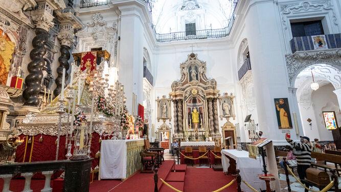 Altar de novena de la Patrona de Cádiz, con la Virgen sobre su paso procesional en el altar mayor de Santo Domingo.