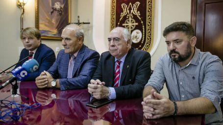 García Requejo e Iván Roa, en los extremos de la mesa durante su presentación como pregoneros en 2020.