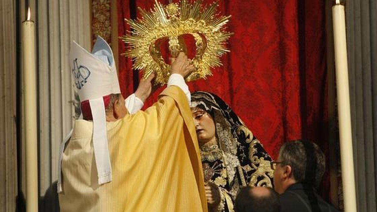 Momento en que el obispo Antonio Ceballos corona a la Virgen de los Dolores de Servitas, el 17 de septiembre de 2011.