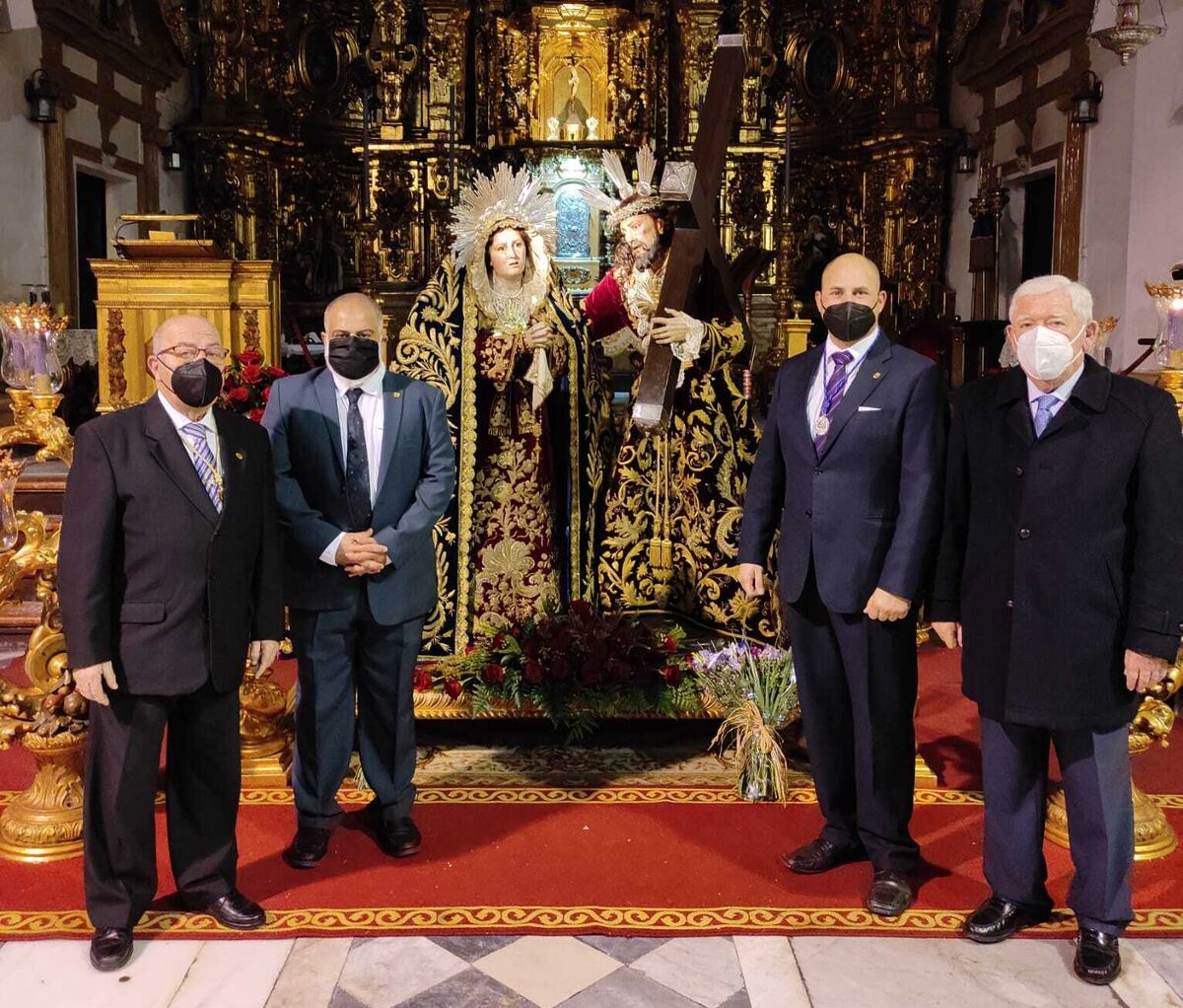 El hermano mayor de Afligidos, Ramón Velázquez, con los homenajeados: Juan Carlos Romero, Jesús Guerrero y Joaquín Lamet.