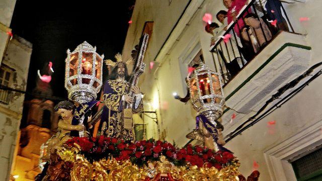 El Nazareno baja por la calle Santa María.